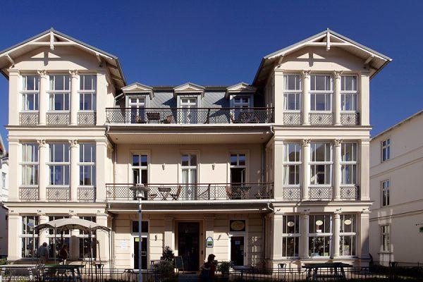 Seebad Bansin, Usedom, Deutschland, Ferienwohnungen Gaestezimmer in der denkmalgeschuetzten Villa Glaeser im Stil der klassizistischen Baederarchitektur, Seestrasse 3